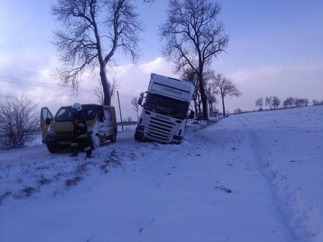 Strażacy z OSP w Lipienku i Lisewie za pomocą dwóch ciągników rolniczych i ciężkiego wozu pożarniczego wyciągnęli ciężarówkę z pola. Po zderzeniu uszkodzony był też pojazd dostawczy