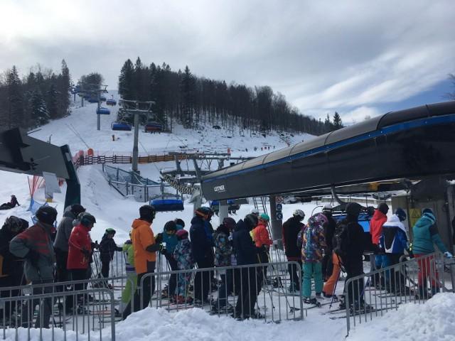 Tłumy narciarzy w Beskidach
