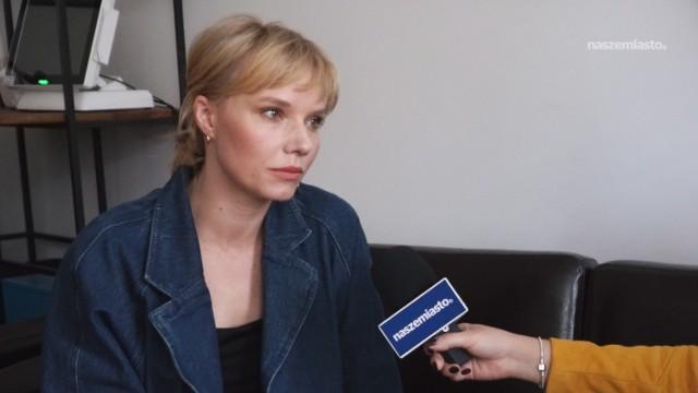 Roma Gąsiorowska zadebiutowała na wielkim ekranie już na drugim roku studiów. Nic dziwnego, że jej kariera rozwinęła się w błyskawicznym tempie. Pomimo pracy na planie, aktorka realizuje także wiele projektów. Jednym z nich jest szkoła aktorska AktorStudio, o której rozmawialiśmy.