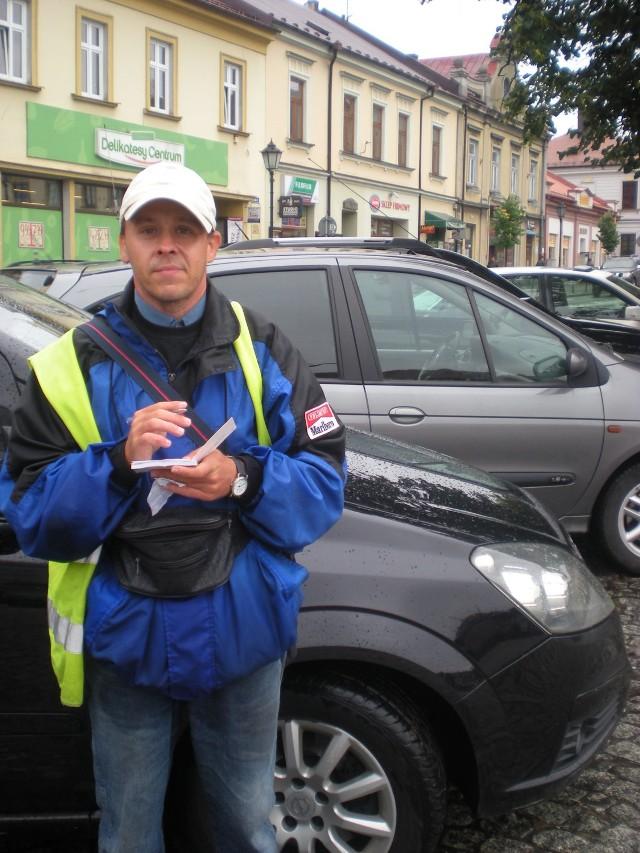 Stanisław Rynduch jako parkingowy pracuje od 1,5  roku.- W Bochni potrzeba więcej parkingów - przekonuje