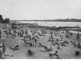Warszawskie życie nad Wisłą. Nasi dziadkowie też bawili się na plaży. Archiwalne zdjęcia z dawnych lat