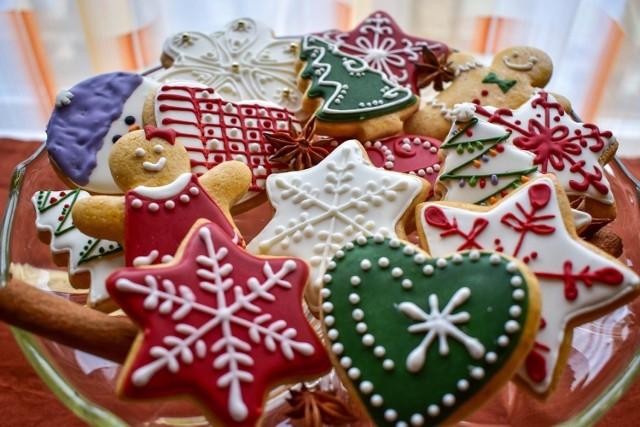 Tradycja robienia świątecznych pierników łączy pokolenia. Robi je mama, babcia, syn i wnuczka. Dla dzieci to znakomita zabawa, a potem dekoracja na choinkę. Niektóre z nich to prawdziwe dzieła sztuki! Jak zdobimy pierniczki? Podglądamy Wasze wypieki!
