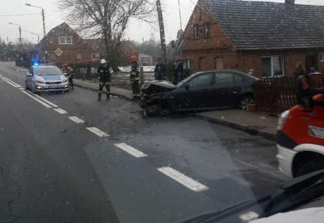 Do zdarzenia doszło we wtorek, 29 stycznia, na trasie w miejscowości Buczyny (pow. żarski). Kierujący bmw uderzył z słup energetyczny i ogrodzenie.  Kierujący bmw na drodze w miejscowości Buczyny wpadł w poślizg. Samochód wypadł z drogi uderzając w słup energetyczny. Na miejsce przyjechały służby ratunkowe.   Mimo mocnego uderzeni na szczęście nikomu nic się nie stało. – Zdarzenie zostało zakwalifikowane jako kolizja. Kierujący bmw został pouczony – mówi kom. Aneta Berestecka, rzeczniczka żarskiej policji.  Zobacz też wideo: Śmiertelny wypadek na drodze krajowej nr 31. Nie żyją dwie osoby