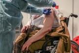 81-latka z Opola walczy o życie pod respiratorem, bo nie chciała się zaszczepić. Dlaczego seniorzy odmawiają szczepień?
