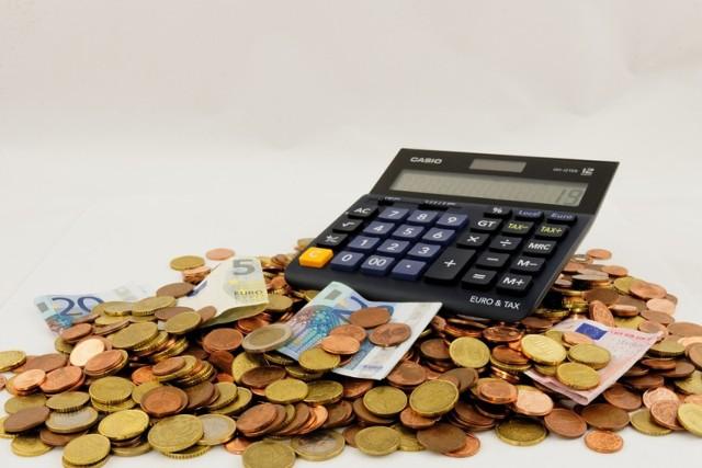 Na start kandydaci otrzymują zarobki w przedziale 3.000 – 4.000 złotych brutto.  Zapotrzebowanie na finansistów jest stale wysokie. Im większa jest firma, do której trafisz, tym więcej osób liczy dział finansowy.