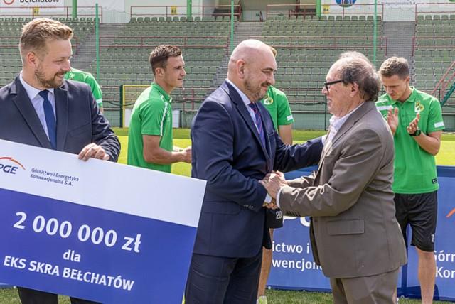 Prezes PGE GIEK przekazał symboliczny czek na wsparcie GKS Bełchatów