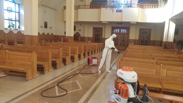 Dezynfekcja kościoła w Krasnem