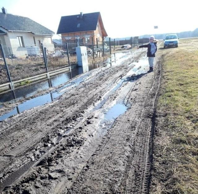 Problem nasilił się w drugiej połowie lutego, gdy po kilkudniowych, siarczystych mrozach przyszła odwilż. Zalegająca warstwa śniegu stopniała i zamieniła ul. Spacerową w Grodźcu w grzęzawisko. Gmina zdecydowała o natychmiastowym zamknięciu drogi.
