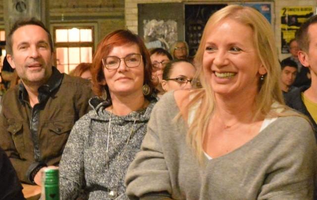 Marzena Rogalska oraz Agnieszka i Dariusz (kabaret Hrabi) Kamysowie podczas zielonogórskiego benefisu zespołu Raz Dwa Trzy w Piekarni Cichej Kobiety