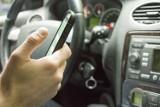 Odłóż smartfon i żyj. Tramwaje Warszawskie ostrzegają: Ponad połowa kierowców pisze SMS-y w trakcie jazdy