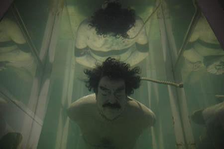 Kontrowersyjna kukła dyktatora pływa w Galerii Szara.
