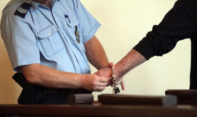 Kobieta trafiła do aresztu, jej koledzy zostali objęci policyjnym dozorem.