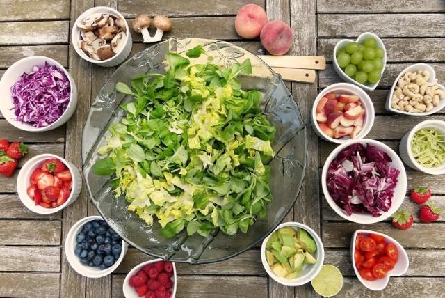 Warzywa i owoce powinny być dodawane do każdego posiłku. Mogą stanowić samodzielny posiłek w diecie, ale też mogą służyć za małą przekąskę między posiłkami