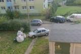 Samochód tarasuje chodnik przy bloku w Łodzi. Straż miejska nie widzi problemu