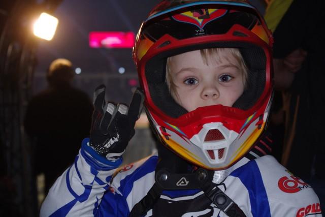 Dawid Zaremba, motocyklista z Pępowa na Night of The Jumps w Krakowie - podczas startów, spotkań z zawodnikami, pit party i z rodzicami