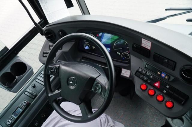 Do kierowania autobusem uprawnia prawo jazdy kat. D, a do kierowania małym autobusem mieszczącym nie więcej niż 16 pasażerów - prawo jazdy kat. D1.  Na zdjęciu: Poznań, autobus Mercedes w trakcie prób w MPK