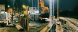 W Dąbrowie Górniczej nocne prace przy budowie tunelu pod linią kolejową. Pojadą nim rolkarze, rowerzyści, przejdą też nad Pogorię piesi