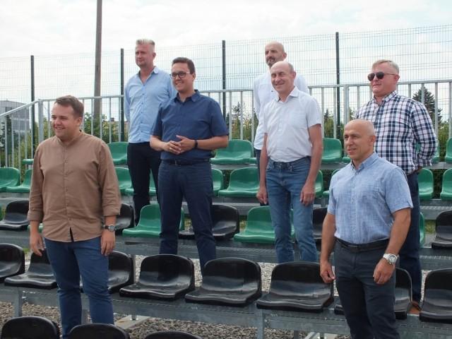 Uczestnicy konferencji prasowej na nowej trybunie boiska ze sztuczną nawierzchnią w Starachowicach.