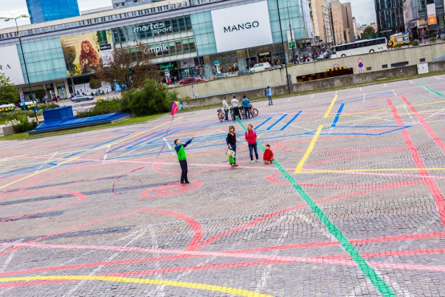 Kolorowe linie na placu Defilad. Co oznaczają? [ZDJĘCIA]