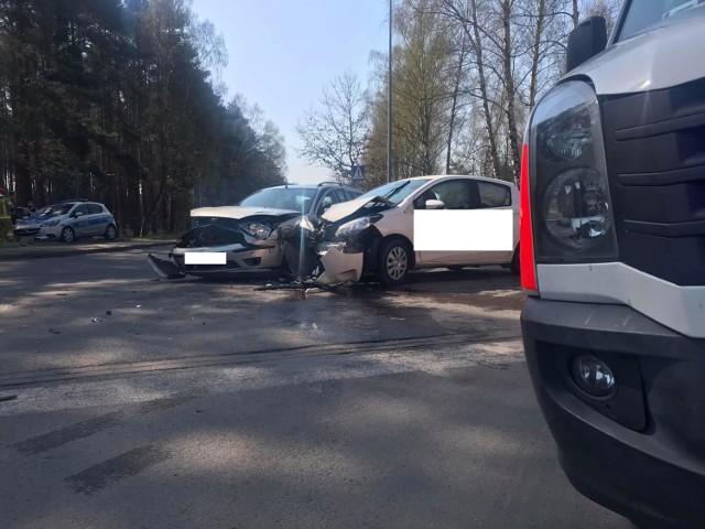 Zderzenie dwóch samochodów osobowych na skrzyżowaniu ulic Przemysłowej, Lecha i Romana Ratajczaka w Bielsku.