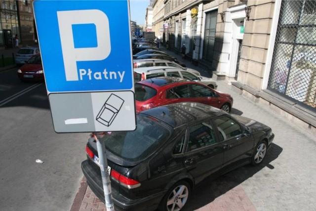 Aktywiści miejscy argumentują, że strefa płatnego parkowania (SPP) powinna funkcjonować dłużej niż tylko do godziny osiemnastej, kiedy trwa jeszcze wieczorny szczyt komunikacyjny. Takie rozwiązanie obecne jest np. w Krakowie, gdzie opłaty należy wnosić do godziny 20:00. Jednak w skali kraju nie jest to rozwiązanie oczywiste. W Katowicach, na przykład za parkowanie płacimy jedynie do godziny... 16:30.