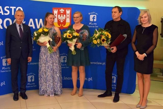 Od lewej: Ryszard Brejza oraz troje Animatorów Kultury 2021: Karina Milińska-Kopczyńska, Joanna Strzelecka, Andrzej Prokopiuk i Adriana Szymanowska