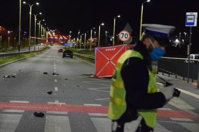 Pięć miesięcy wcześniej na ul. Ofiar Terroryzmu 11 września podczas nielegalnych wyścigów samochodowych zginął przypadkowy mężczyzna. 28-letni Ukrainiec wracał do domu z pracy, na wysokości przystanku MPK przechodził przez przejście dla pieszych. Gdy wszedł na pasy, jadący prawą stroną jezdni kierowca BMW zdołał się zatrzymać. Następnie, kiedy pieszy kontynuował przechodzenie przez jezdnię został uderzony lusterkiem przez poruszający się z dużą prędkością lewym pasem samochód Opel Astra, w wyniku czego przewrócił się. Tuż za Oplem, równie szybko jechało kolejne BMW, które potrąciło 28 – latka. 26-letniemu kierowcy opla i 39-letni kierowcy bmw grozi do 8 lat więzienia.  CZYTAJ WIĘCEJ NA NASTĘPNEJ STRONIE