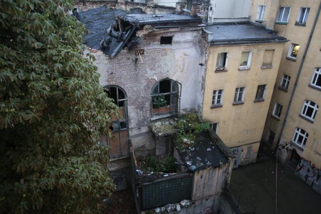 Katastrofa budowlana na wrocławskim Ołbinie. Zawalił się dach w pofabrycznym budynku w podwórzu przy ulicy Podwórcowej 9