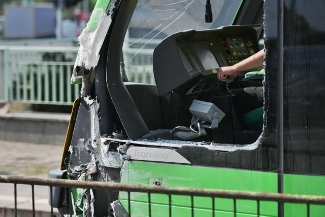 Do zdarzenia doszło po godz. 13. Na rondzie Śródka zderzyły się dwa tramwaje. Na szczęście nikt nie został ranny, ale oba tramwaje się wykoleiły, co spowodowało utrudnienia w ruchu.   Zobacz więcej zdjęć ---->