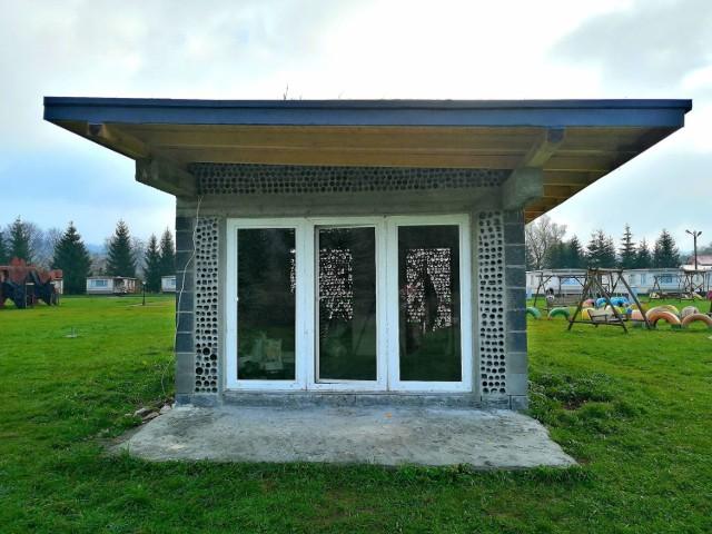 Domek z butelek, który wybudował przedsiębiorca z Jasła, ma już pierwszych gości. To wędkarze.
