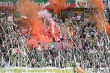 Lechia Gdańsk przygotowała oprawę na mecz z Cracovią. Były race i serpentyny, które na kilka minut przerwały mecz ZDJĘCIA