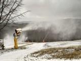 Rozpoczęcie sezonu narciarskiego w Beskidach opóźnia się. Na razie tylko nieliczne armatki poszły w ruch [ZDJĘCIA]