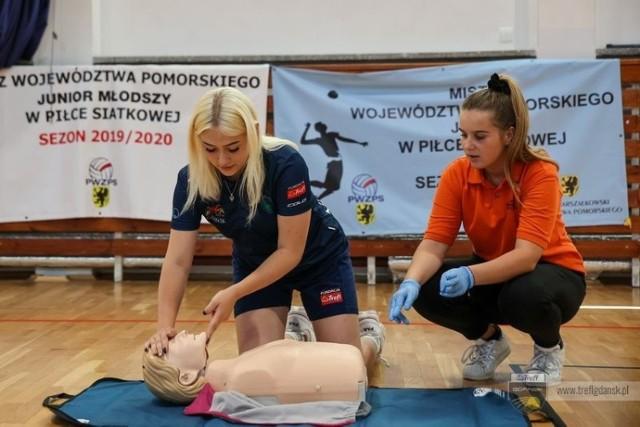 Trefl Gdańsk zadbał, aby młodzi siatkarze przypomnieli sobie zasady postępowania podczas pierwszej pomocy przedmedycznej