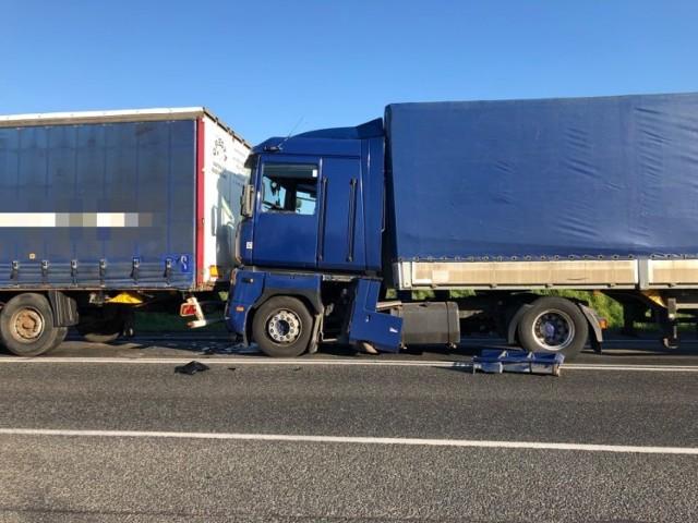 Do zdarzenia doszło we wtorek (23 kwietnia), około godziny 7 rano. Na DK 10 zderzyły się dwa samochody ciężarowe. Na szczęście nikt nie ucierpiał.   Utrudnienia na trasie Nakło - Bydgoszcz trwały do godziny 9, ponieważ pojazdy musiały zostać odholowane.