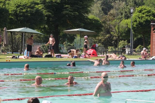 Wypoczynek na kąpielisku Skałka w Świętochłowicach.  Zobacz kolejne zdjęcia/plansze. Przesuwaj zdjęcia w prawo - naciśnij strzałkę lub przycisk NASTĘPNE