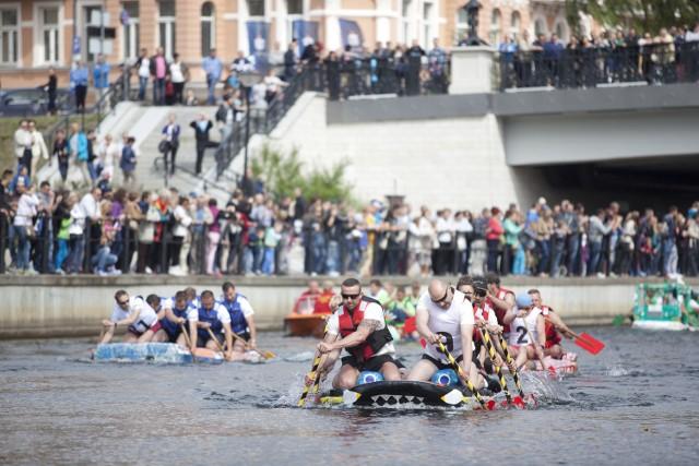 Wyścigi butelkowych łodzi to obowiązkowy punkt programu Steru na Bydgoszcz. Zmagania zawsze oglądają tłumy.