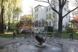 Plac Makusynów. Kiedyś pływały tu łabędzie, dziś rządzi bachusik