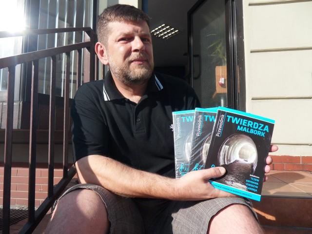 """Tomasz Kowalski, szef wydawnictwa SGK, prezentuje drugi przewodnik z serii: """"Twierdza Malbork"""". Jego nakład już się kończy"""