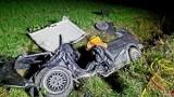 Nocny wypadek w Kiezmarku gm. Cedry Wielkie. Zakleszczonego kierowcę ratowali strażacy |ZDJĘCIA