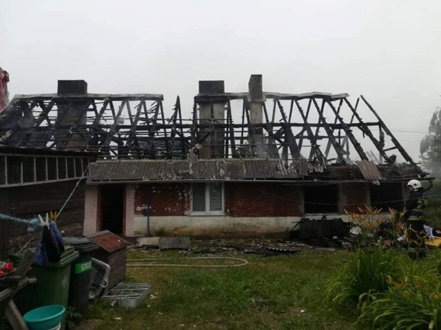 Jak informuje nas kpt. Jarosław Skotnicki z Komendy Powiatowej Państwowej Straży Pożarnej w Inowrocławiu, informacja do służb wpłynęła o godzinie 4.34. Na miejsce przybyło 10 zastępów PSP i OSP.