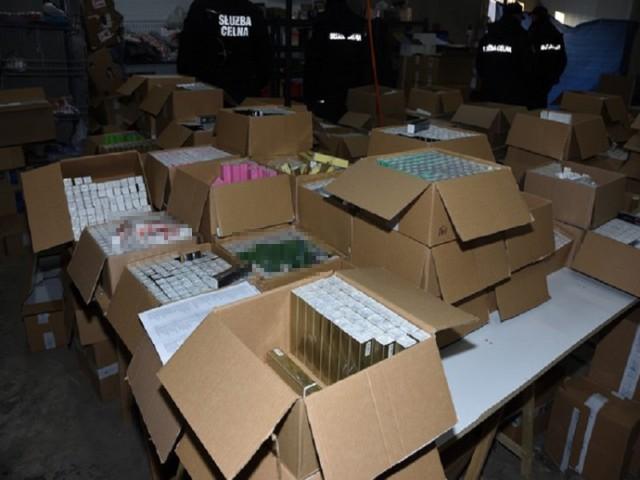 Policja Piaseczno. Królestwo podróbek warte 40 milionów złotych. Dziesiątki tysięcy nielegalnych perfum, papierosów i ubrań [ZDJĘCIA]