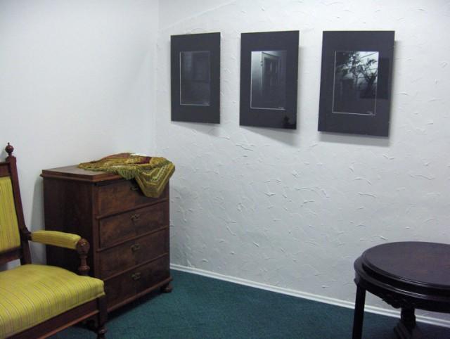 Atmosferę galerii tworzą stylowe meble i prezentowane fotogramy.