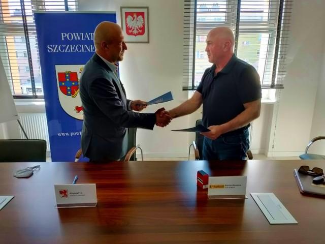 Podpisanie umowy przez starostę Krzysztofa Lisa i Mariana Droździela