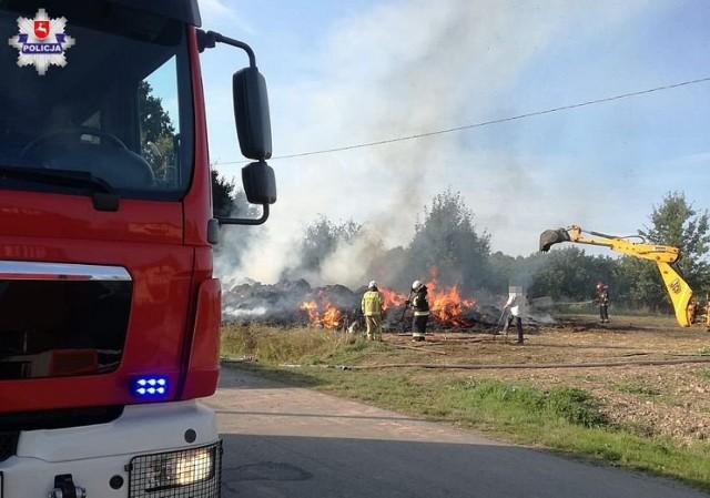 W gminie Frampol doszło do pożaru. Spłonęło kilkaset bali sprasowanej słomy