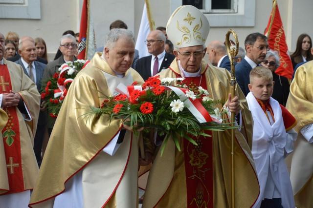 Uroczysta msza święta na fundamentach kościoła farnego w Wieluniu 2021 w ramach obchodów 82. rocznicy wybuchu II wojny światowej