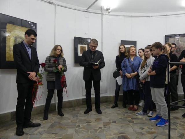 """Galeria Wieża Ciśnień im. B. Jareckiego w Kaliszu. Wystawa """"Oto Człowiek"""" B. Wesołowskiej-Kowalskiej i M. Bugzela FOTO"""