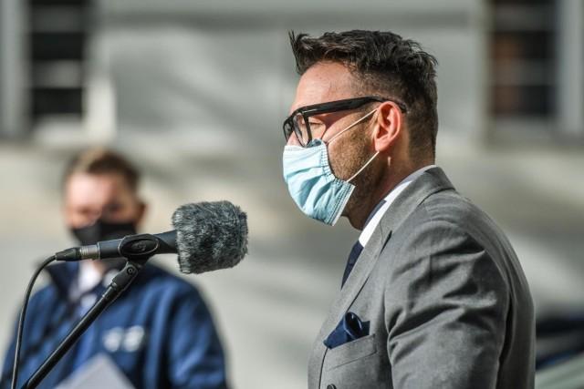 """Dr Paweł Rajewski regularnie w mediach społecznościowych publikuje informacje na temat rozwoju pandemii, na temat szczepień, linkuje do wywiadów, których udziela w mediach. Bywa, że komentujący nie przebierają w słowach. Pytają, np.: """"Kto panu płaci za opowiadanie takich bzdur???"""" czy """"Obudź się człowieku, żyjesz w innej rzeczywistości"""""""