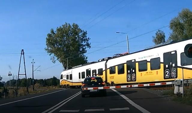 O włos od tragedii! Kolejny kierowca utknął na przejeździe kolejowym