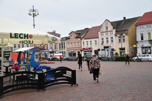 Wymiana lamp ulicznych na ledowe, ubarwienie rynku na wzór Poznania, więcej zieleni w mieście, monitoring miasta i ...średnia hawajska dla każdego - to pomysły na rozwój miasta pana Marka.