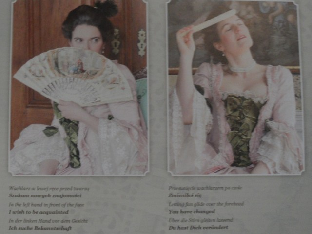 """Wystawa wachlarzy w zamku pszczyńskim. Dama z lewej mówi: """"Szukam nowych znajomości"""", dama z prawej - """"Zmieniłeś się""""."""